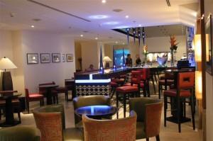 El bar Barego es otro de los atractivos del hotel.. Sus cristales de bohemia modernos en forma de estalactitas y el cambio de luces del local lo hacen irresistible; fácil es sucumbir a la tentación de los también coloridos combinados que el barman prepara.